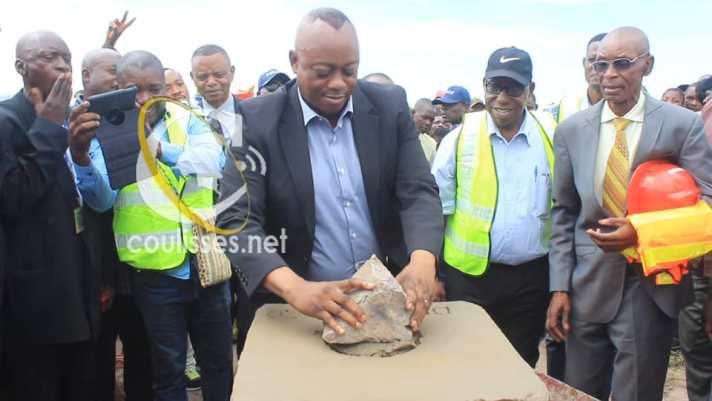Kasaï oriental : Le Gouverneur J. Maweja pose la première pierre pour la construction des maisons préfabriquées