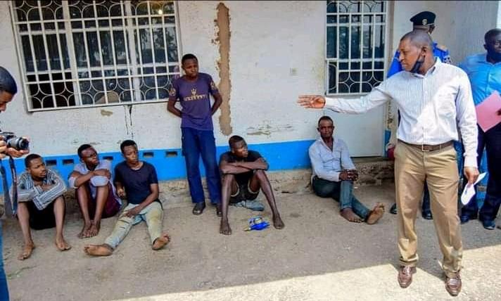 Kasaï oriental : Un groupe de bandits présenté au gouverneur Maweja