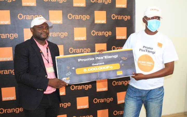 Kasaï oriental : Orange Rdc remet le prix de la promotion «Pes'elengi» au gagnant