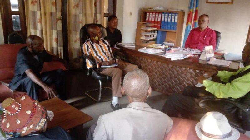 Kasaï-Oriental : Lazare Tshipinda s'entretient avec les notables de Bakwa Nyanguila sur le conflit du pouvoir coutumier