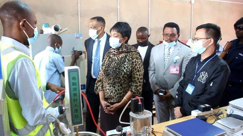 Kasaï oriental : Jeannette Longa visite le laboratoire de CJIC à l'aéroport de Mbujimayi