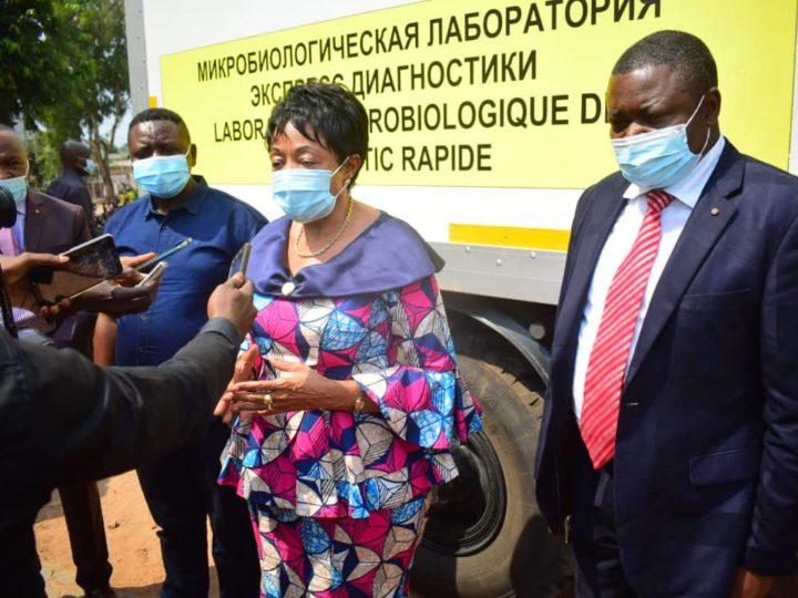 Kasaï oriental : Jeannette Longa remet le laboratoire mobile de test Covid19 à la division de la santé