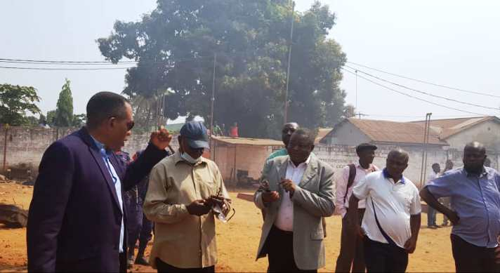 Kasaï oriental : Le ministre Joachim Kalonji sur le lieu de l'incendie à Bakwadianga pour un état des lieux