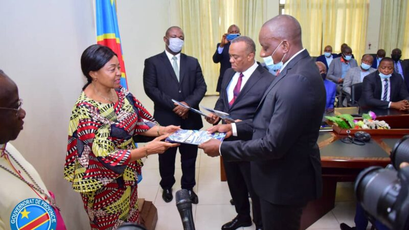 Kasaï oriental: Le FPI donne des titres de paiement aux  entreprises pour la construction des hôpitaux et écoles