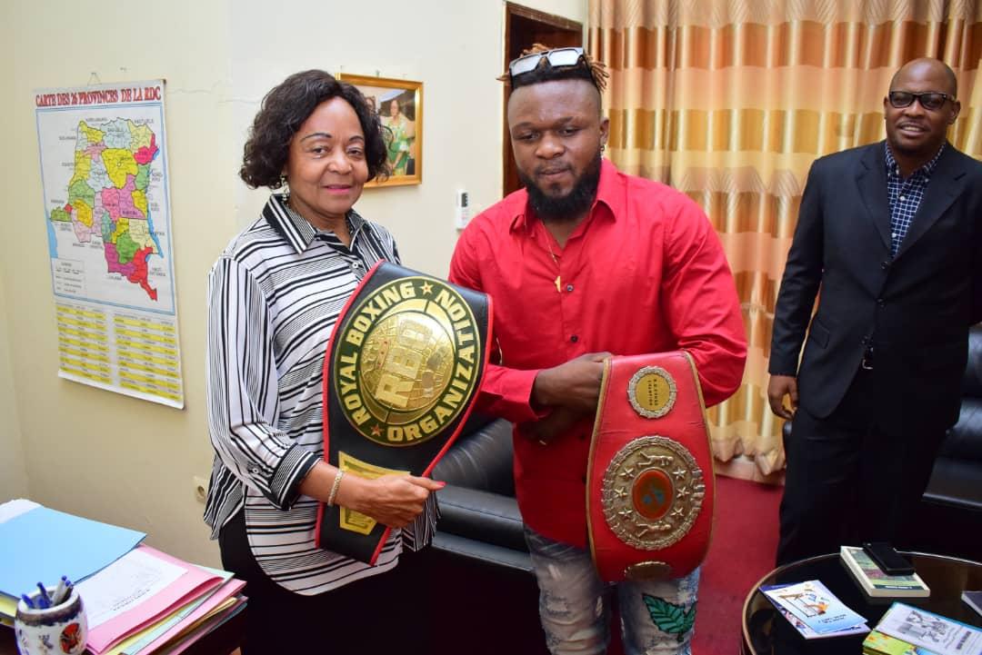 Kasaï oriental : le boxeur Kazadi wa Mbata présente sa ceinture de champion d'Afrique catégorie lourds légers