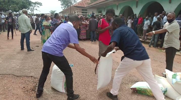 Kasaï oriental : les travailleurs Miba reçoivent la farine, don de Marthe Kasalu